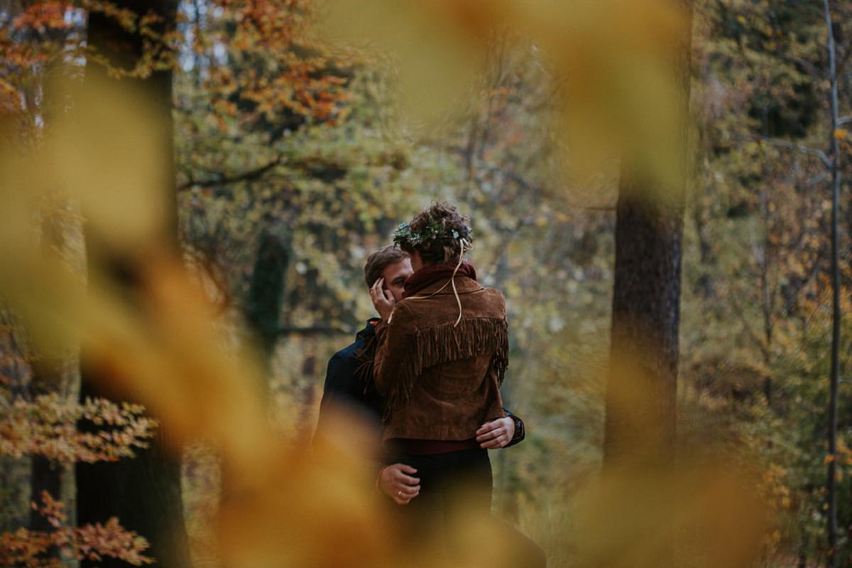 zakochani ukryci wsrod lisci jesienna sesja