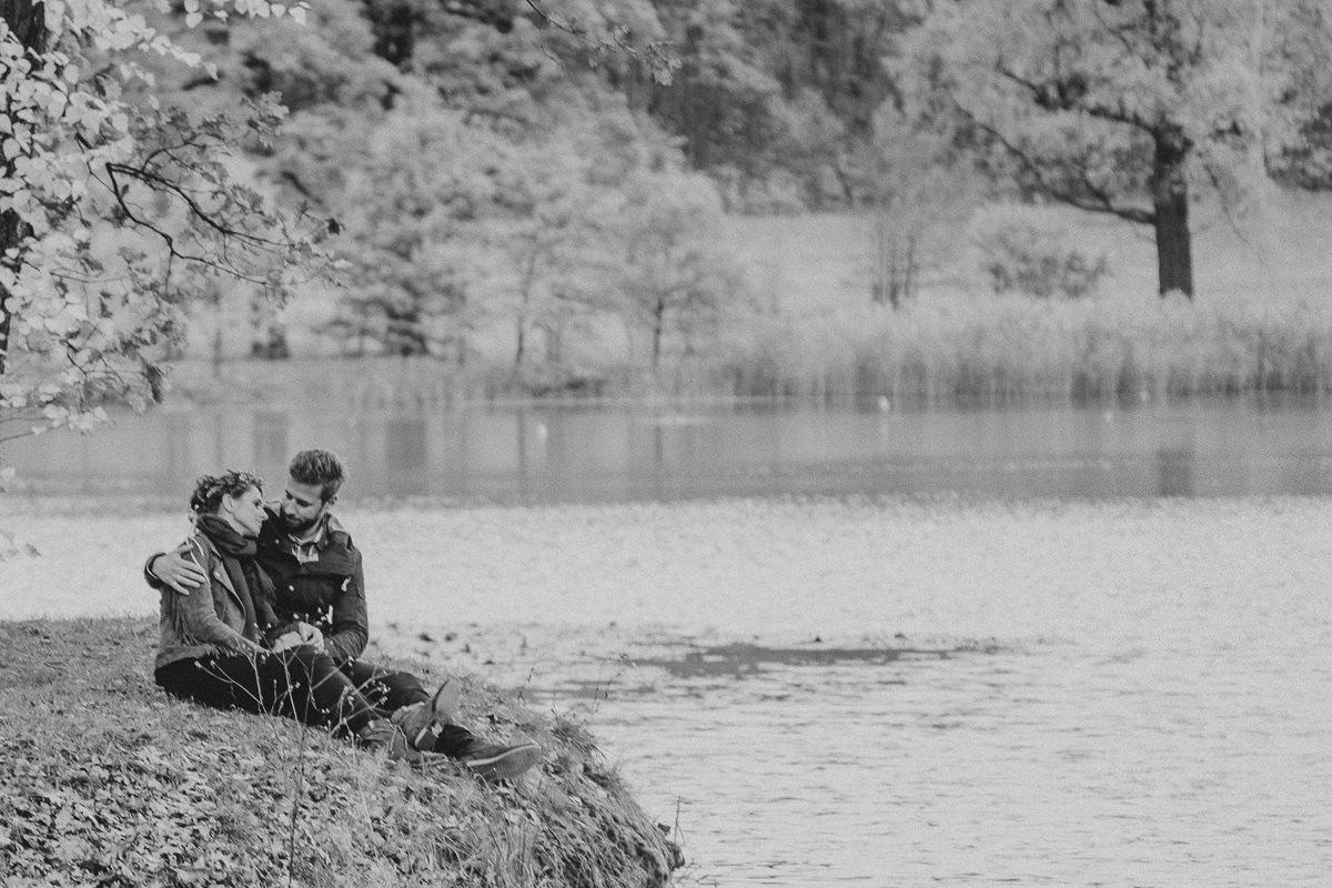 romantyczny portret zakochanych nad jeziorem