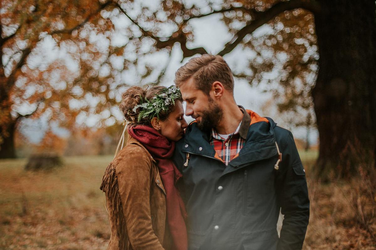 Zakochani wsrod jesiennych lisci Wroclaw