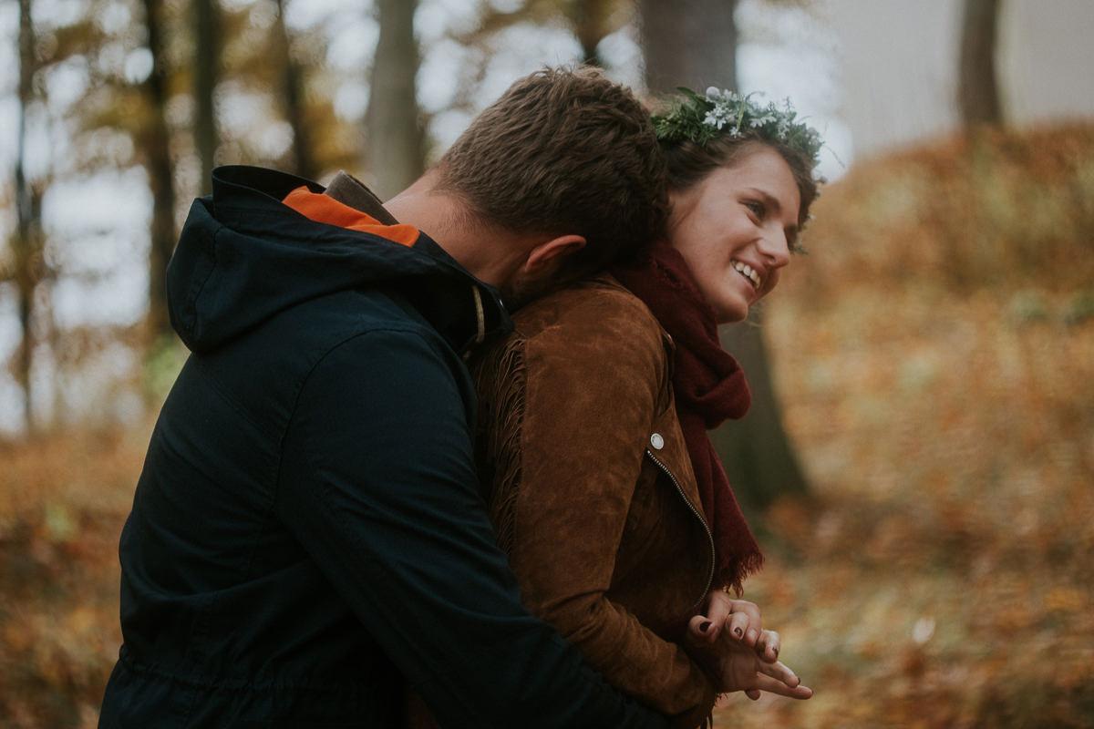 radosna para na tle jesiennych drzew