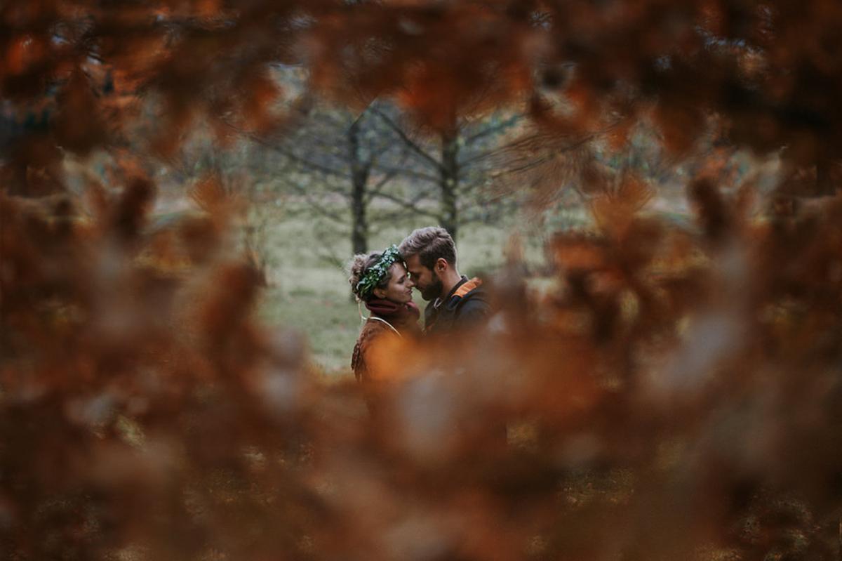 zakochani wsrod jesiennych lisci Jelenia Gora
